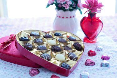 バレンタインデー 今年は男性から女性に贈り物をしましょう。チョコレートでも花束でも。