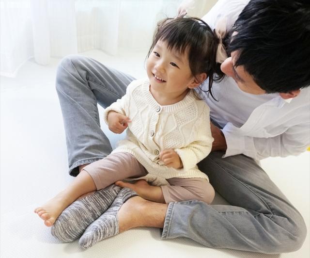 子供とじゃれあうパパ